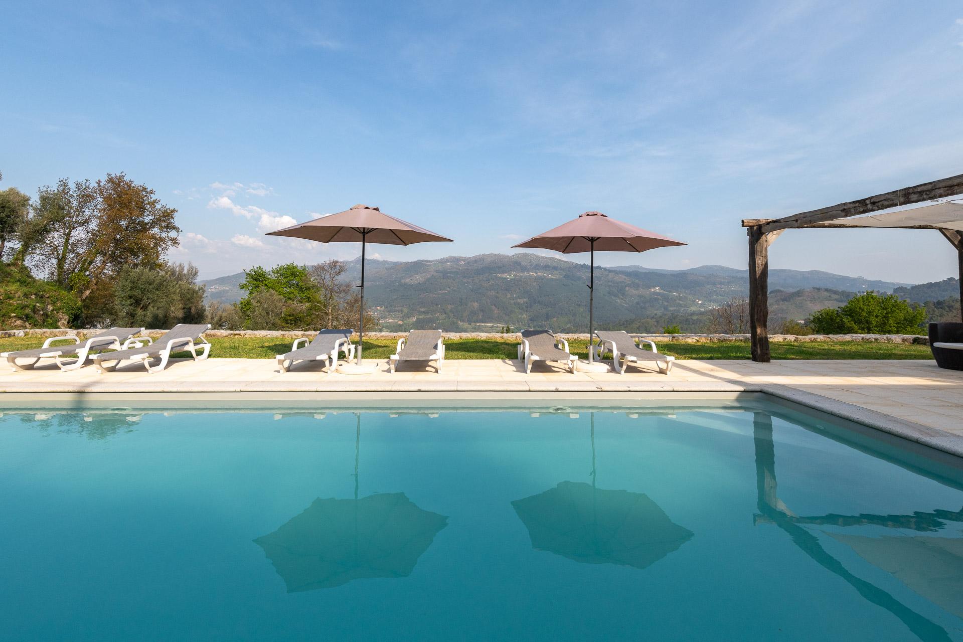 Quinta Olivia Zwembad met ligstoelen